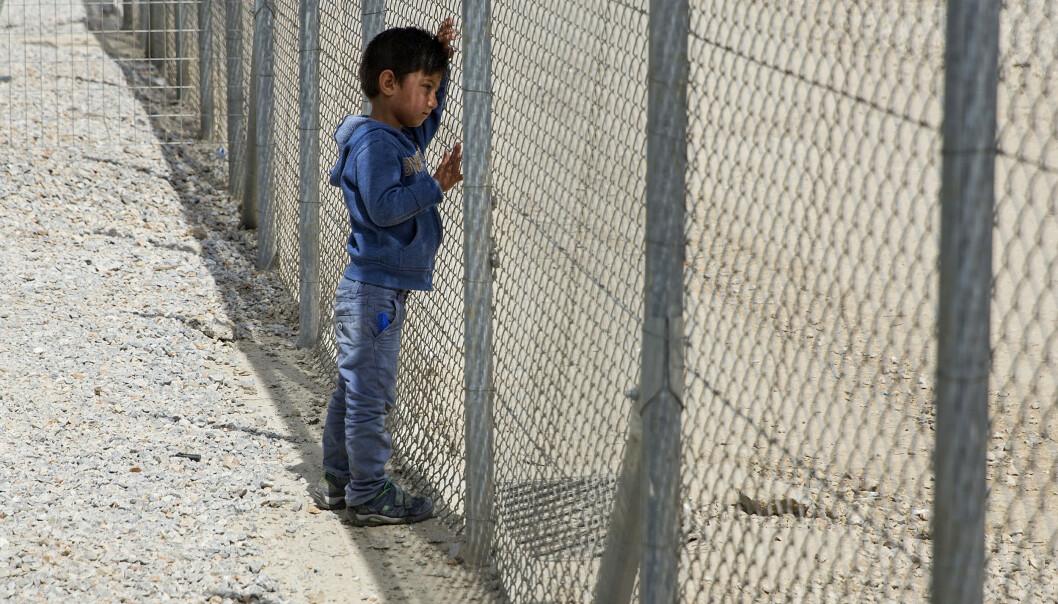 Håpløshet: En liten gutt lener seg mot gjerdet som omringer Moria-leiren på Lesvos. Beboerne her holdes inne bak piggtråd, høye gjerder og vakter. Foto: Tore Meek / NTB scanpix / TT / kod 20520