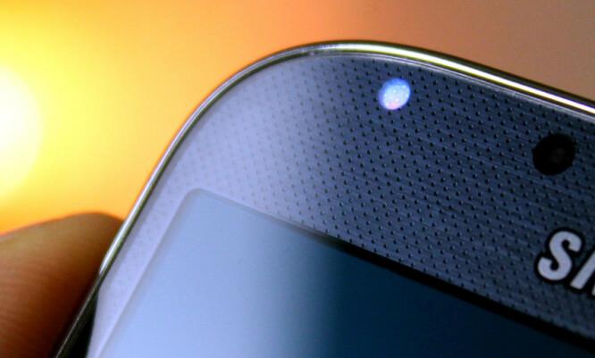 <strong>VARSEL-LED:</strong> De fleste Android-telefoner har en liten LED-pære som kan lyse i ulike farger avhengig av hva som har skjedd på telefonen mens du ikke har brukt den. Foto: Ole Petter Baugerød Stokke