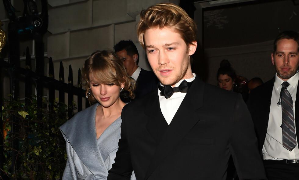 SJELDENT SYN: Taylor Swift og kjæresten Joe Alwyn er sjelden å se sammen. De har aldri blitt fotografert mens de har vist følelser for hverandre offentlig, før nå. Foto: NTB Scanpix