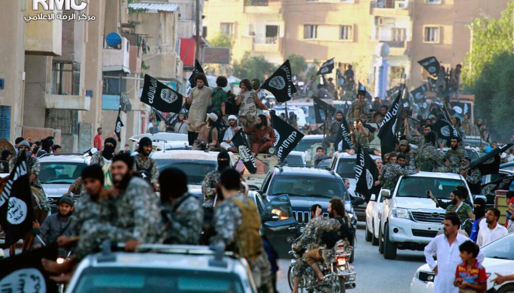 <strong>SVEKKET:</strong> Det er lenge siden dette synet: at IS paraderte i Raqqa i 2014. Siden har terrorgruppa blitt kraftig svekket. Men det betyr ikke at de ikke kan gjennomføre angrep. Foto: AP