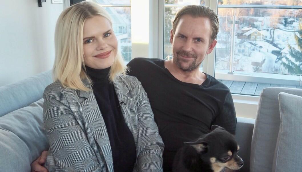 <strong>LYKKELIGE:</strong> Julianne og Ulrik stortrives i huset sitt på Vollen utenfor Oslo. Her sammen med hunden Ramp, mens lille Severin tok en liten blund. Foto: Henriette Eilertsen