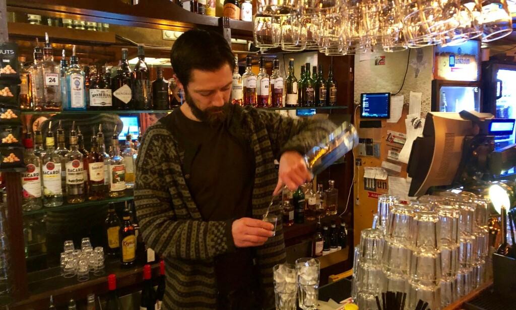 IKKE RÅD: Småbarnspappa Asle Hellman har jobbet i utelivsbransjen i tjue år. Nå har han ikke lenger råd til å være bartender på Sir Winston i Oslo. Foto: Gunnar Ringheim / Dagbladet