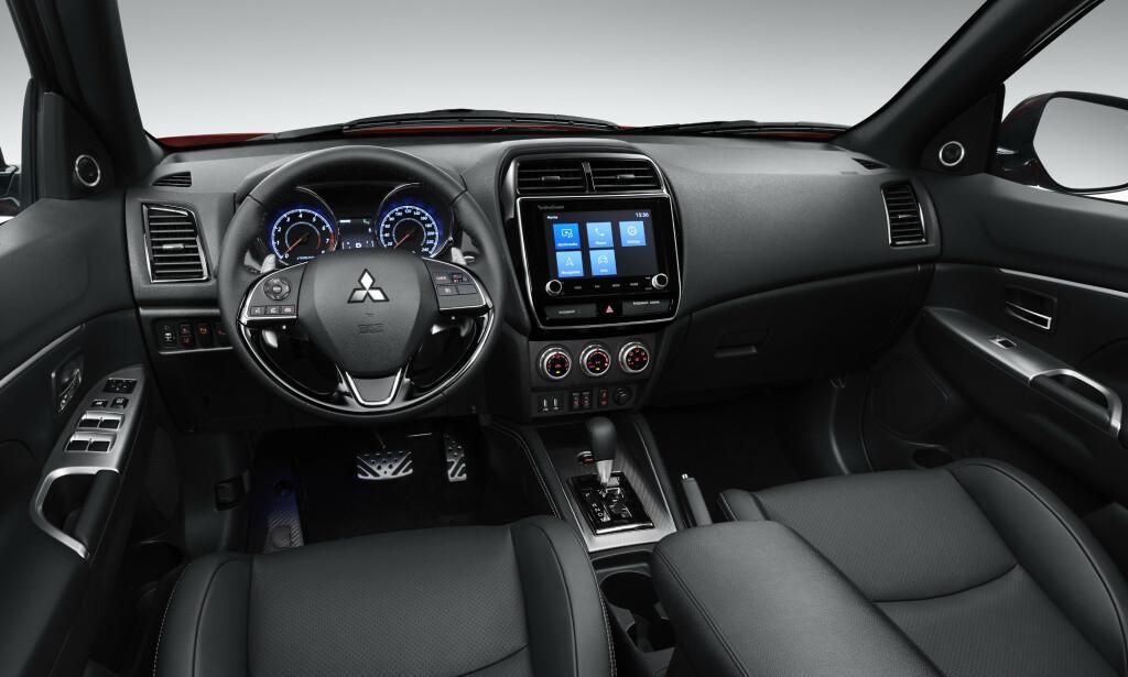NYTT INTERIØR: Det er konservativt og traust, men tidsriktig, det nye førermiljøet i Mitsubishi ASX - en av tre SUV-er fra den japanske produsenten. Foto: Mitsubishi