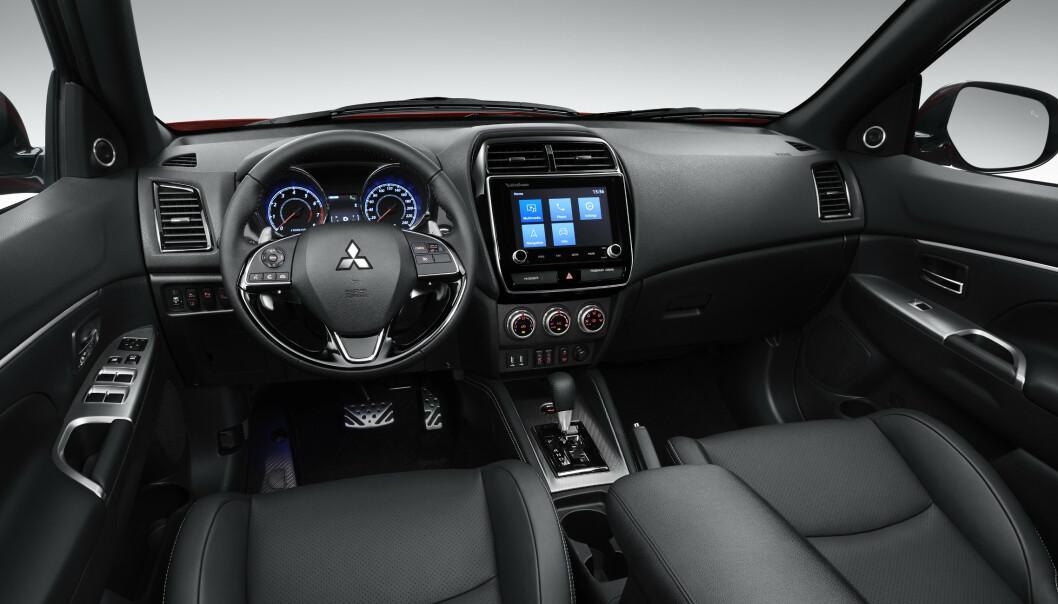 <strong>NYTT INTERIØR:</strong> Det er konservativt og traust, men tidsriktig, det nye førermiljøet i Mitsubishi ASX - en av tre SUV-er fra den japanske produsenten. Foto: Mitsubishi