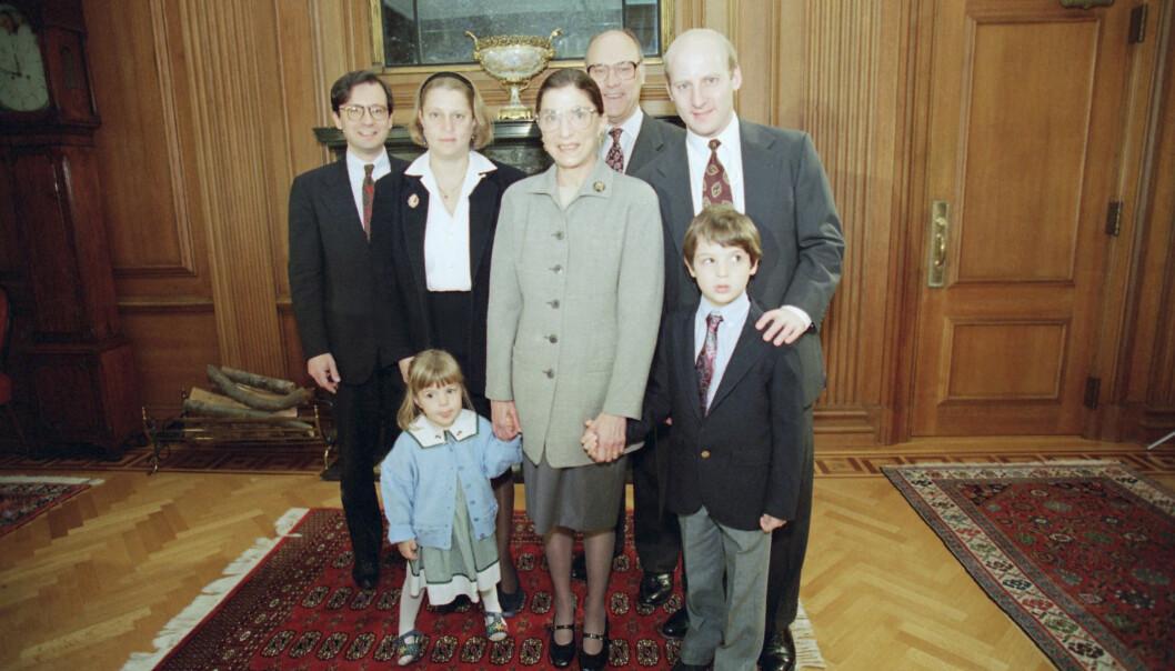 FAMILIEN: Ruth Bader Ginsburg med ektemannen Marty Ginsburg (bak), datteren Jane Ginsburg og svigersønn George Spera (til venstre), sønnen James Ginsburg, og barnebarna Clara Spera and Paul Spera. Bildet er tatt i Washington høsten 1993. FOTO: NTB Scanpix