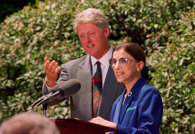 HØYESTERETTSDOMMER: I 1993 utnevnte daværende president Bill Clinton Ruth Bader Ginsburg som høyesterettsdommer. Dette vervet har hun den dag i dag. FOTO: NTB Scanpix