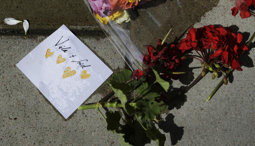 Blomster og et kort på stedet hvor 20 år gamle Eric Torell ble skutt og drept av politiet i Stockholm i fjor. Foto: Janerik Henriksson / TT / NTB scanpix