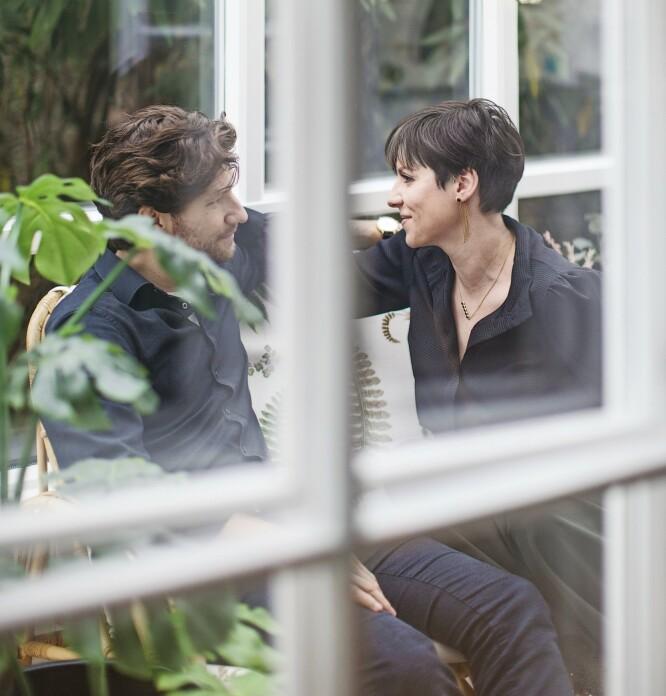 Camilla Ramstrup og Mads Jørgensen i utestuen, som er innredet med store planter og puter med bladmønster. FOTO: Frederikke Lea Heiberg