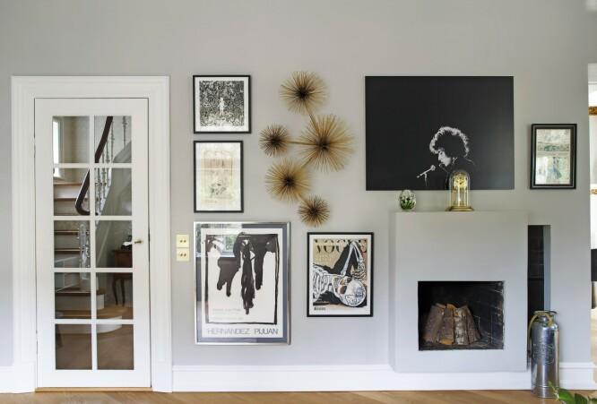 Svart-hvitt-bildene på veggen får selskap av noen av parets finurlige interiørfunn – superdekorativt! FOTO: Frederikke Lea Heiberg