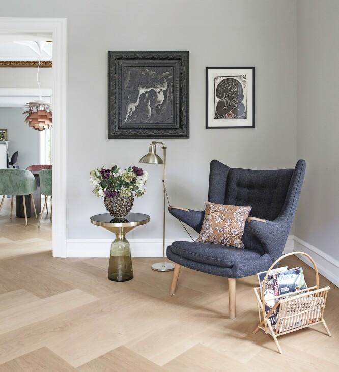 «Bamsestolen» er av Wegner, sidebordet «Bell» fra Classicon, og puten i stolen er fra The Apartment. FOTO: Frederikke Lea Heiberg