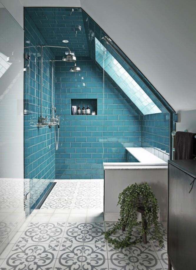 Hjørnet med dobbeltdusj har fått glaserte fliser i en frisk aquafarge. Den «usynlige» glassdøren gir inntrykk av et større rom. FOTO: Frederikke Lea Heiberg