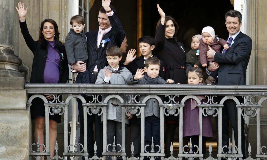 STORFAMILIEN: Det danske kronprinsparet og prins Joachims familie skrives om nesten ukentlig i Danmark. Her er gjengen fotografert i 2012. Det er bare syv barn på balkongen, fordi prinsesse Athena er i mamma, prinsesse Marie, sin mage. Foto: NTB scanpix