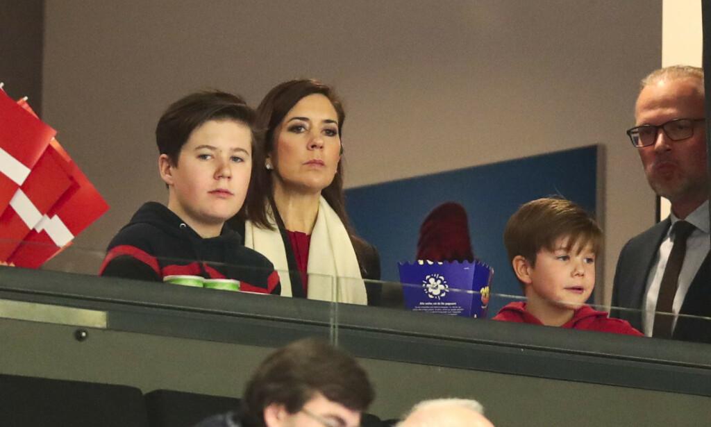 FREMTREDENDE: De to sønnene til dronningen blir mer synlige, men det blir også deres barn. Prins Christian (t.v) gjorde nylig sitt første intervju. Her er han fotografert med kronprinsesse Mary og prins Vincent under VM-finalen i håndball i januar. Foto: NTB scanpix