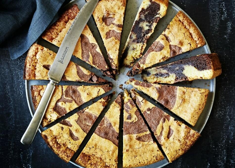 TIGERKAKE: Et godt tips! Lag mønsteret i kaken ved å helle en mørk og en lys deig lagvis i springformen uten å røre i den. FOTO: Betina Hastoft