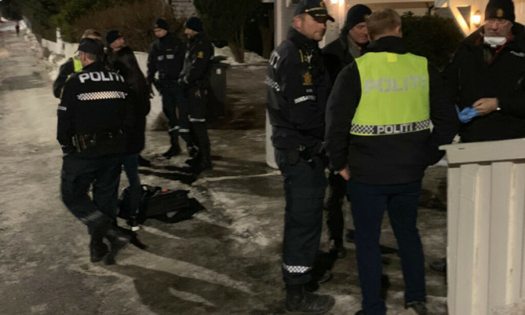 STOR AKSJON: En rekke politifolk var utenfor boligen mandag kveld. Foto: Bjørn Carlsen