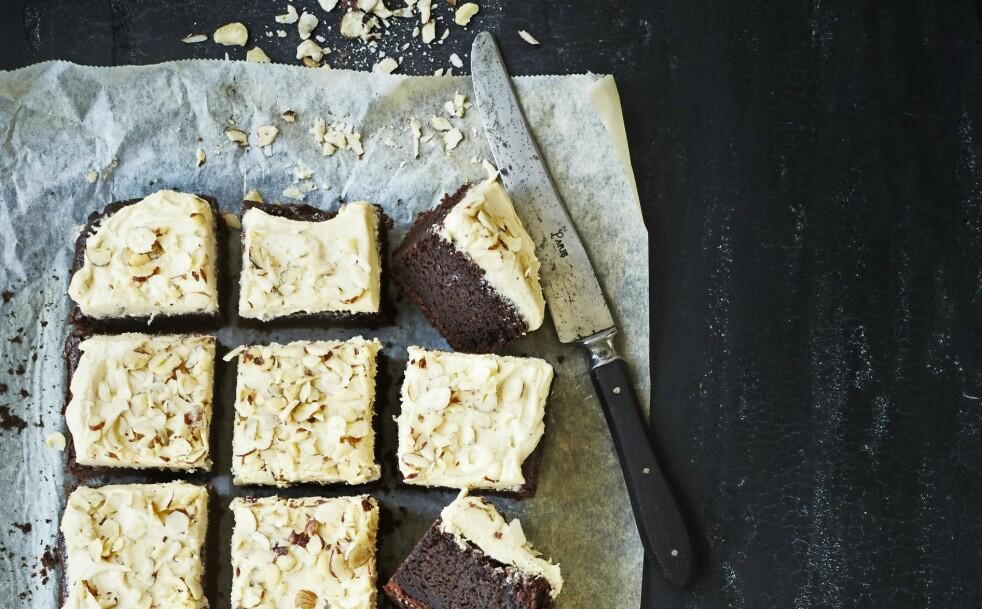 KAKAOKAKE: Søt kaffekrem og ristede nøtteflak pynter opp den velsmakende kakaokaken. FOTO: Betina Hastoft