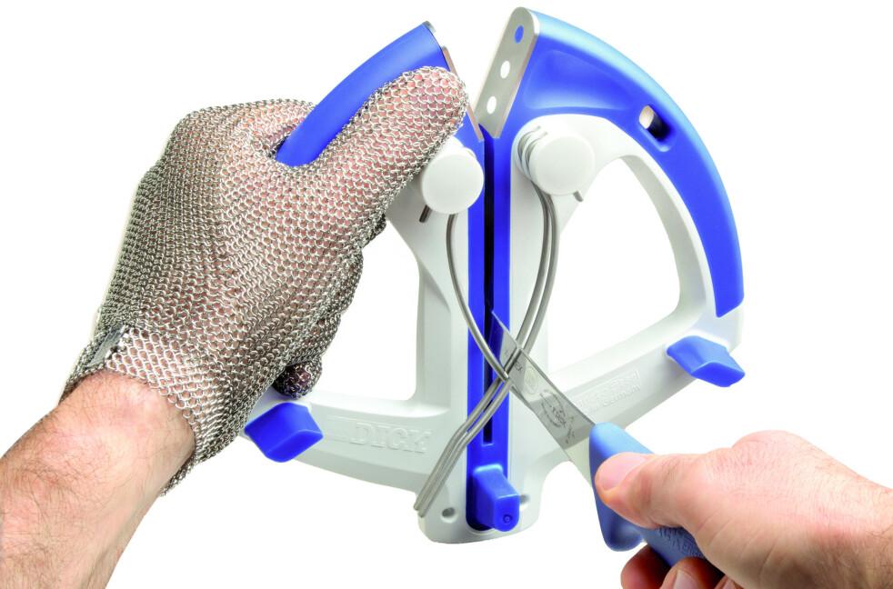 <strong>RIKTIG VINKEL:</strong> Et hurtigstål har fjærbelastede skjerpestenger på hver side. Det sørger for at trykket og vinkelen på kniveggen blir riktig hver gang. Foto: Produsenten
