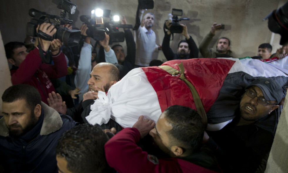 DREPT: 190 palestinere ble skutt og drept under demonstrasjoner på Gazastripen i fjor, blant dem 34 barn, det yngste bare fire år, viser en rapport fra B'Tselem. Her bæres 43 år Amal al-Taramsi, som ble drept under en demonstrasjon 11. januar, til graven i Gaza by. Foto: AP / NTB scanpix
