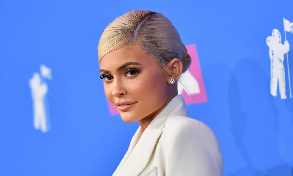 <strong>SPESIELL KUNST:</strong> Realitystjernen Kylie Jenners vegg over baren hjemme er prydet av en populær, men unormal type kunst. Dette er noe flere av fansen har bitt seg merke i, og ser seg nødt til å kommentere på. Foto: NTB scanpix