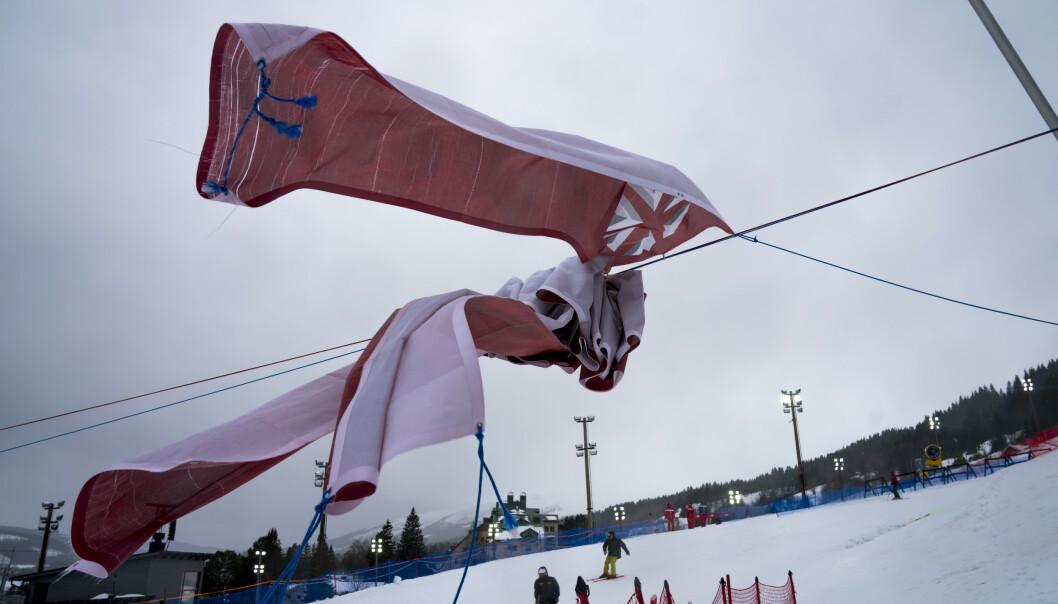 Arrangørene av VM alpint 2019 Åre har ikke værgudene med seg. Plussgrader regn og vind innbyr ikke til publikumsfest for damenes storslalåmrenn. Foto: Cornelius Poppe / NTB scanpix