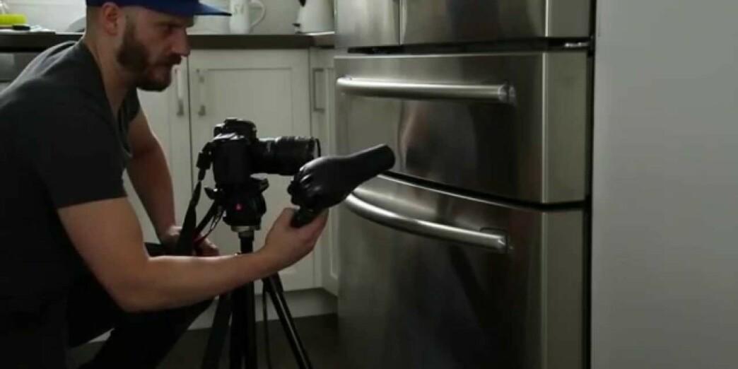 <strong>BULK PÅ KJØLESKAPET:</strong> Hårføner-og is-trikset skal kunne fikse bulken i kjøleskaps-overflaten i børstet stål. Se video av hvordan trikset skal gjennomføres i artikkelen under. Foto: YouTube.
