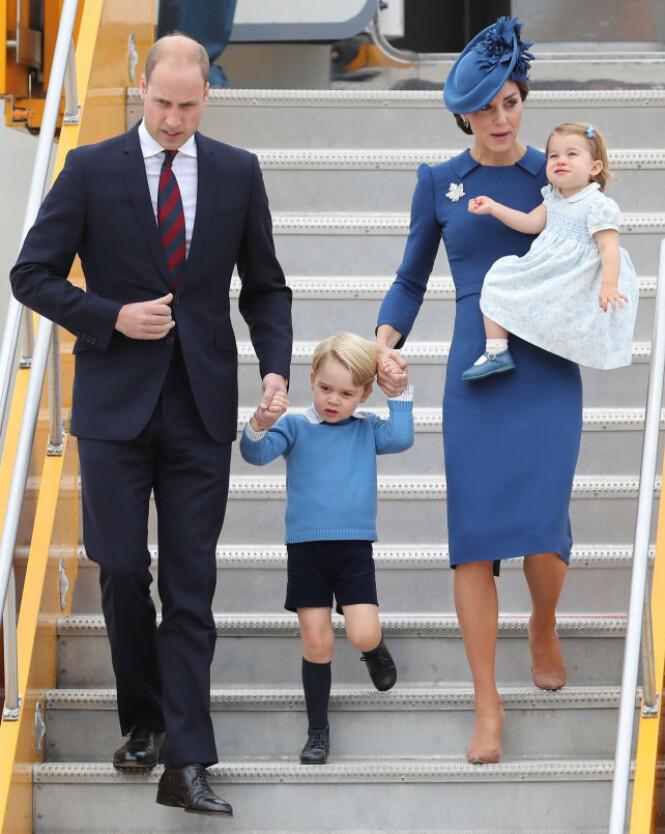 FAMILIE PÅ TUR: Her er hertugparet på vei ut av et fly med barna George (5) og Charlotte (3). Foto: NTB Scanpix