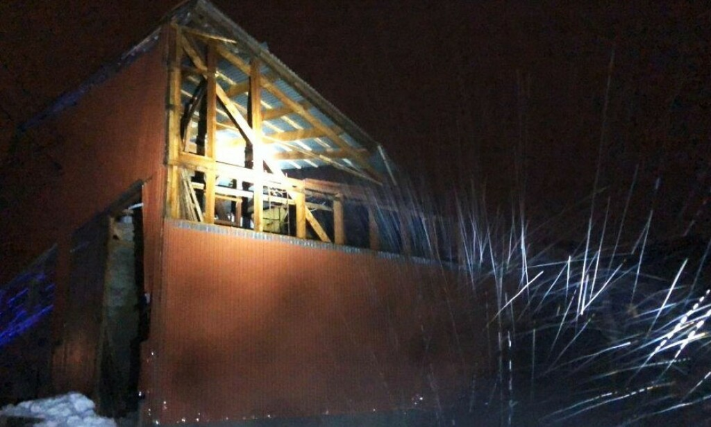 HERJER: Uværet herjer i Nord-Norge. På Sortland har et fjøstak blitt tatt av vinden, noe som har ført til at 50 okser må nødslaktes. FOTO: Sortland brannvesen