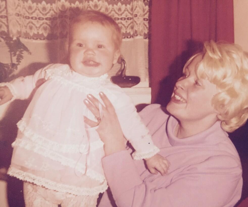 LYKKELIG BARNDOM: – Jeg følte aldri at noe manglet da jeg var yngre. Jeg tenkte ikke over at mamma hadde et handikap, sier forfatter Catherine Isaac til KK.no. Her er hun med moren i 1975. FOTO: Privat