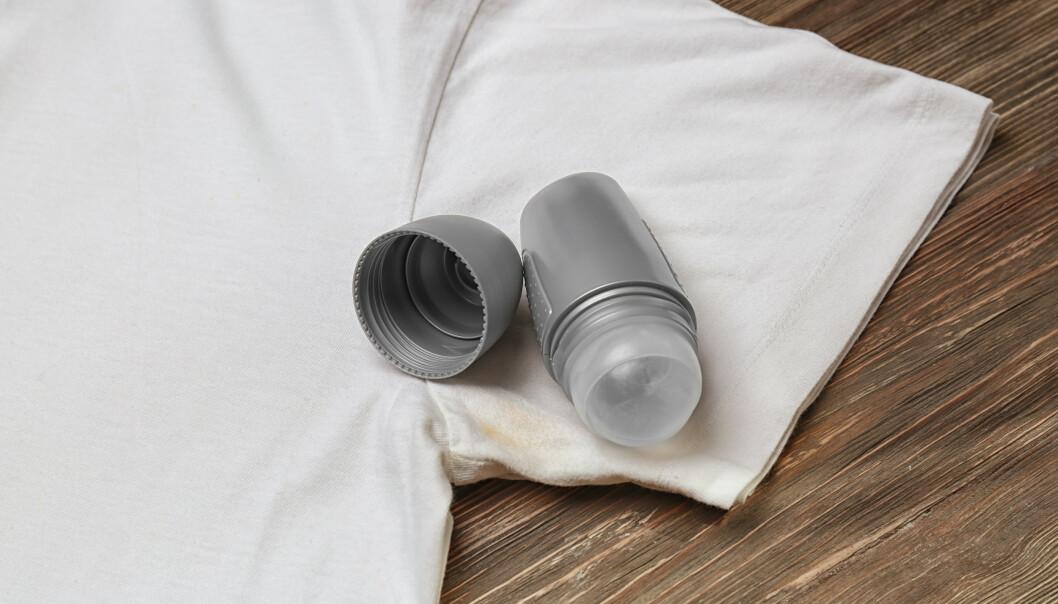 KJEMISKE PRODUKTER: Deodoranten din kan være grunnen til at du får flekker under armene. Bytt den ut med et mer skånsomt alternativ. FOTO: NTB Scanpix