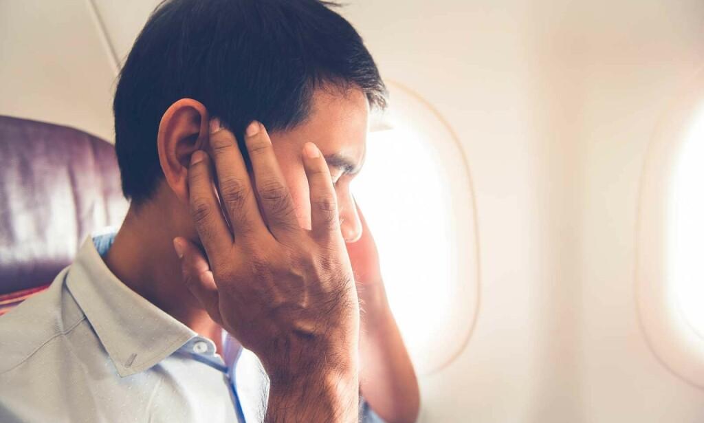 SMERTER I ØRET PÅ FLY: Kjent problemstilling. Særlig ved nedadstigning og landing kan man få vondt i ørene. Foto: NTB Scanpix/Shutterstock