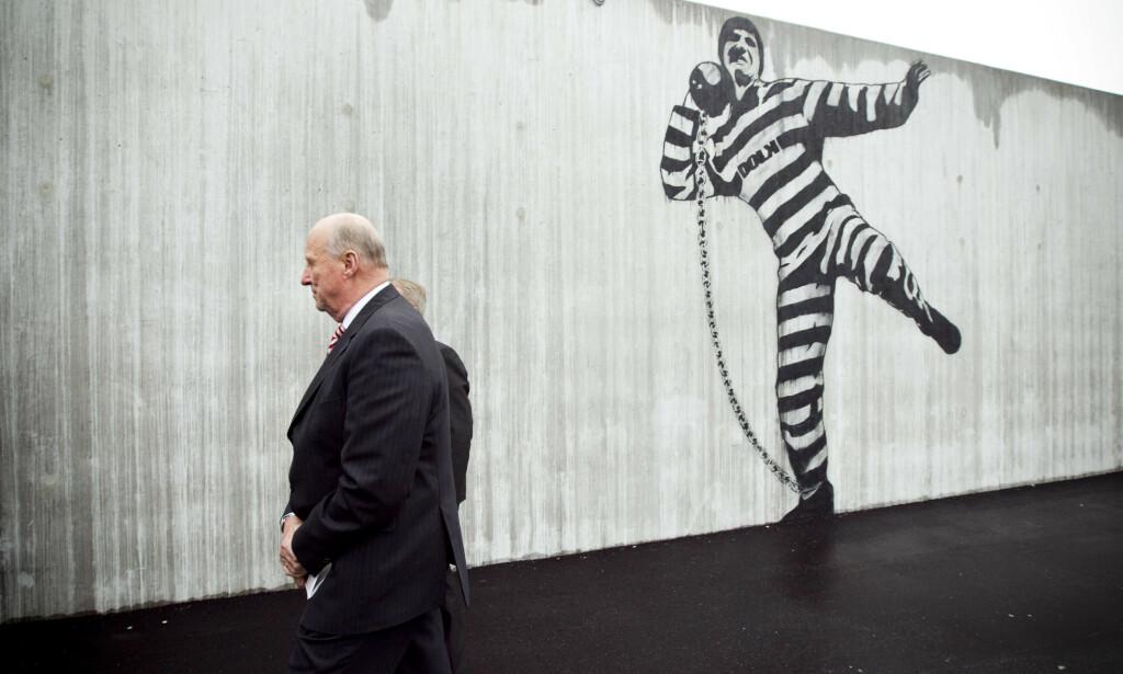 Halden fengsel: Kong Harald i luftegården etter åpningen av Halden fengsel. Foto: Heiko Junge / Scanpix