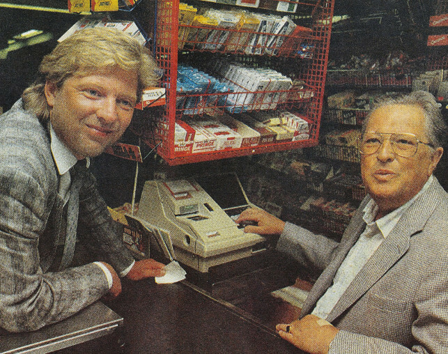 FAR OG SØNN: Odd og far Ole Reitan i en av familiebutikkene i 1988. Foto: Privat