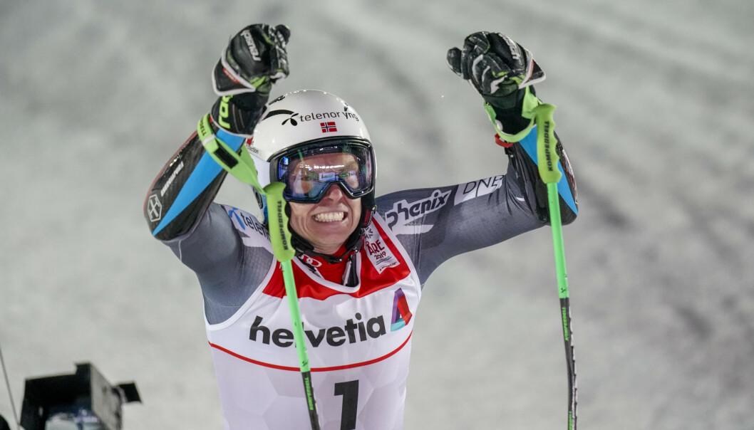 <strong>STRÅLTE:</strong> Så glad var Henrik Kristoffersen etter at han kjørte inn til VM-gull i storslalåm i Åre.  Foto: Cornelius Poppe / NTB scanpix