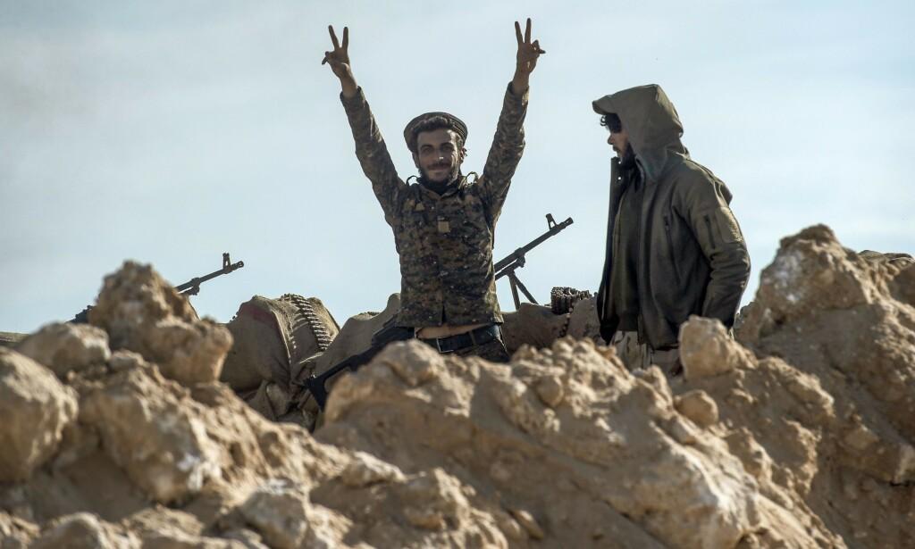 SEIER: Ifølge observatørgruppa Syrian Observatory for Human Rights (SOHR) har de USA-støtte opprørsstyrkene beseiret IS i landsbyen Bhaghouz. IS-krigerne som var igjen skal nå ha overgitt seg og dermed gitt opp terrorgruppas siste landområdet. Her viser en opprørssoldat fram v-tegnet for seier. Foto: Fadel SENNA / AFP / NTB Scanpix