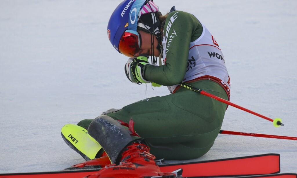VANT: Mikaela Shiffrin tok gull i Åre. Det hadde sin pris. I målområdet var amerikaneren fullstendig utkjørt. Foto: NTB scanpix