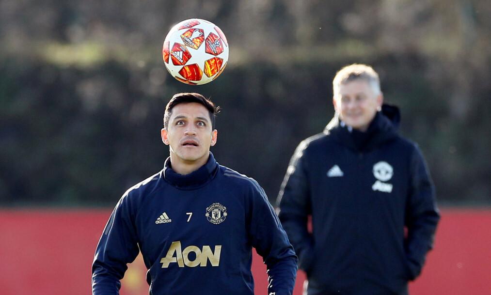 <strong>SPILLER LITE:</strong> Manchester Uniteds Alexis Sanchez på trening med Ole Gunnar Solskjær i bakgrunnen. Chileneren må begynne å levere varene hvis han skal ha en framtid i klubben. Foto: Reuters/Jason Cairnduff/NTB Scanpix