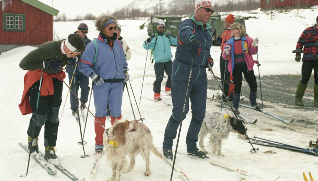 1989: Kronprinsesse Sonja og Kong Harald på skitur med venner i Sikkilsdalen. Begge kledd i den populære heldressen. Vi ser også andre typiske 80-talls klær og farger. FOTO: NTB Scanpix