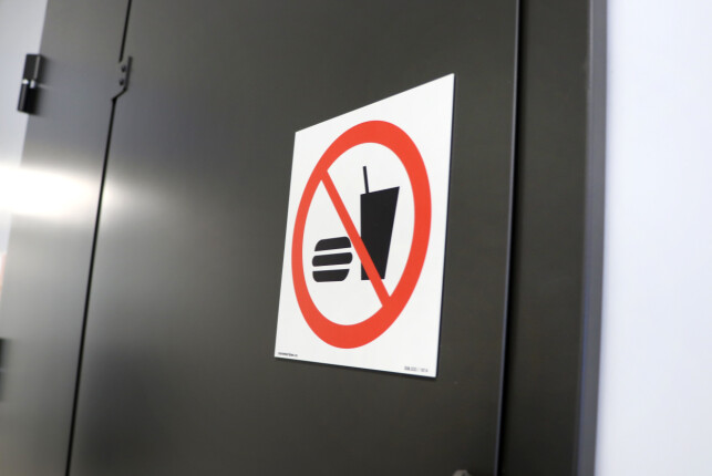 Lead Architech Elgethun flirer litt når han forteller om at det ikke er lov med Coca-Cola på serverrommene. 📸: Jørgen Jacobsen