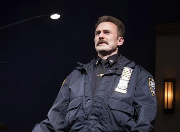 <strong>SPESIELL LOOK:</strong> Chris Evans på scenen som bartefin politimann i «Lobby Hero» på Broadway i New York i mars 2018. Foto: AP/ NTB scanpix