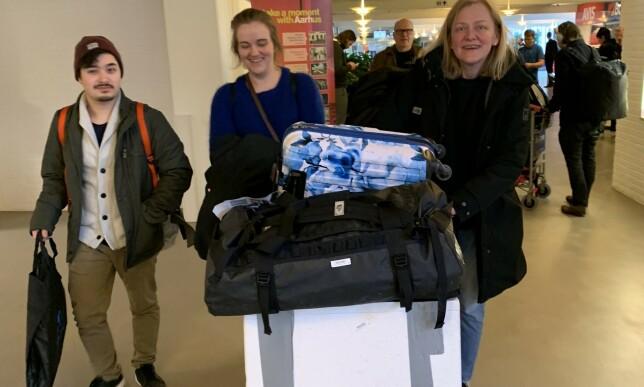MYE BAGASJE: Heidi Bjerkan og to medarbeidere fra Credo smilte hemmelighetsfullt da de ankom Aarhus i formiddag. - Vi har med masse deilig, norsk sjømat, var alt Bjerkan ville røpe. Foto: Christopher Sjuve