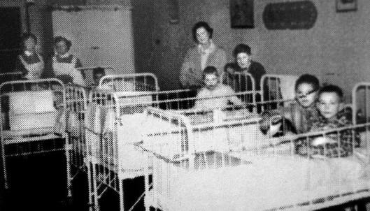 <strong>BARNESTUEN:</strong> På Kysthospitalet ble barna som var rammet av beintuberkulose plassert på barnestuen. Dette bildet er fra 1952. Foto: Privat.