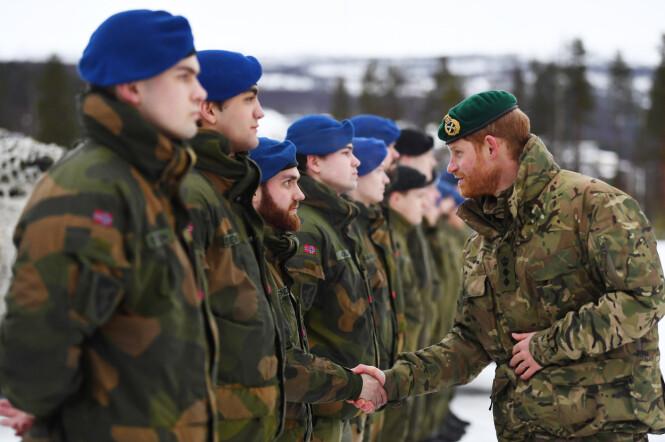 STORFINT BESØK: Prins Harry tok seg også tid til å hilse på norske soldater da han besøkte Bardufoss torsdag. Foto: NTB Scanpix