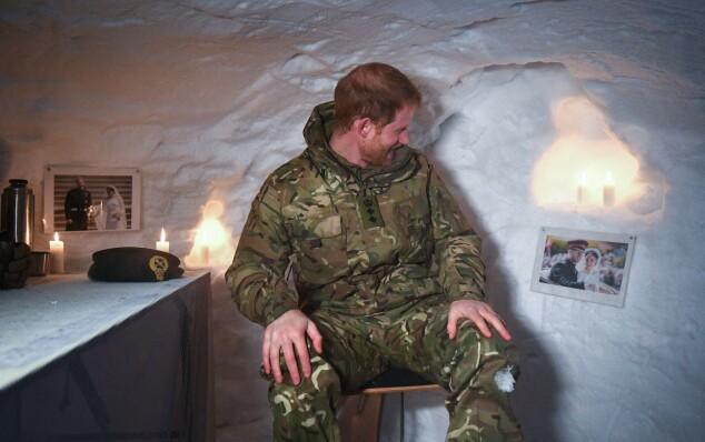 OPPDAGER SEG SELV: Prins Harry så seg trolig nødt til å snakke om den passende veggpynten. Foto: NTB Scanpix
