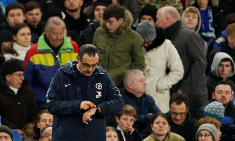 PÅ LÅNT TID?: Chelsea-trener Maurizio Sarri fikk gjennomgå av Chelsea-fansen etter tapet mot Manchester United. Foto: John Sibley / Reuters / NTB Scanpix