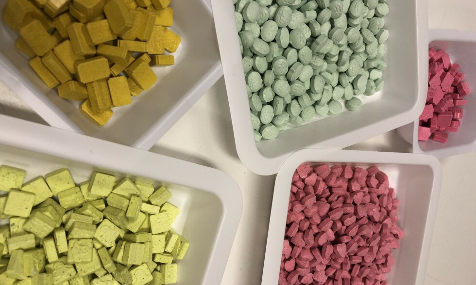 «PARTYDOPET» MDMA: Politiets beslag viser at dopet stadig kommer i nye former, farger og logoer. Foto: Kripos