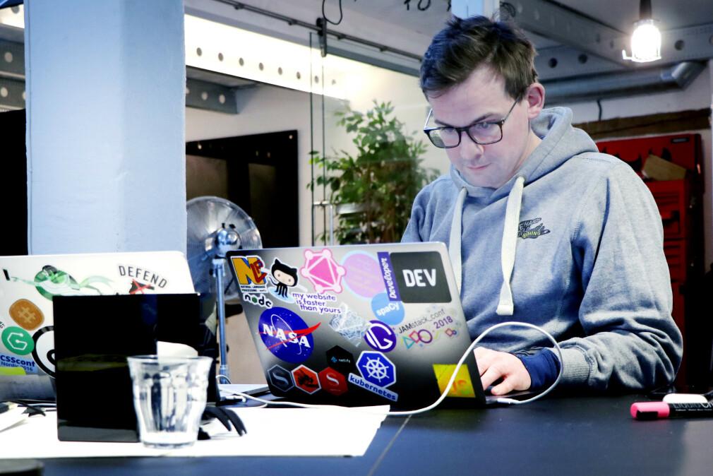 Knut Melvær i Sanity har som jobb å få utviklere til å bruke plattformen deres. Så han var ikke vond å be da kode24 spurte om en guide til det hodeløse CMS-et deres. 📸: Ole Petter Baugerød Stokke