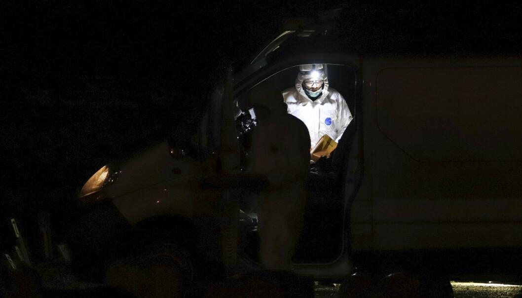 <strong>PÅ KIRKEGÅRDEN:</strong> Politiets teknikere jobber på åstedet tirsdag kveld, etter at en kvinne kritisk skadd i et angrep i Haugesund. En mann i 40-åra er siktet for drapsforsøk. Foto: Kjell Bua / NTB scanpix