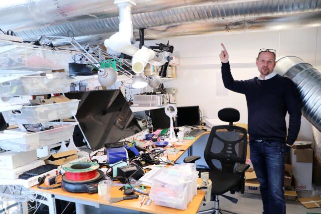 """""""Ebaykongen"""" Hans-Petter Grimstad viser frem den gigantiske skjermen og speilreflekskameraet han bruker når han skal se nærmere på kretskort. Holderen til speilreflekskameraet er foten til en gammel kontorstol han har spikret opp i taket, forteller han. 📸: Jørgen Jacobsen"""