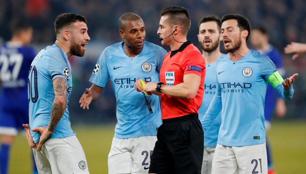 <strong>PROTEST:</strong> Manchester City-spillerne protesterer på en VAR-avgjørelse. Foto: NTB scanpix
