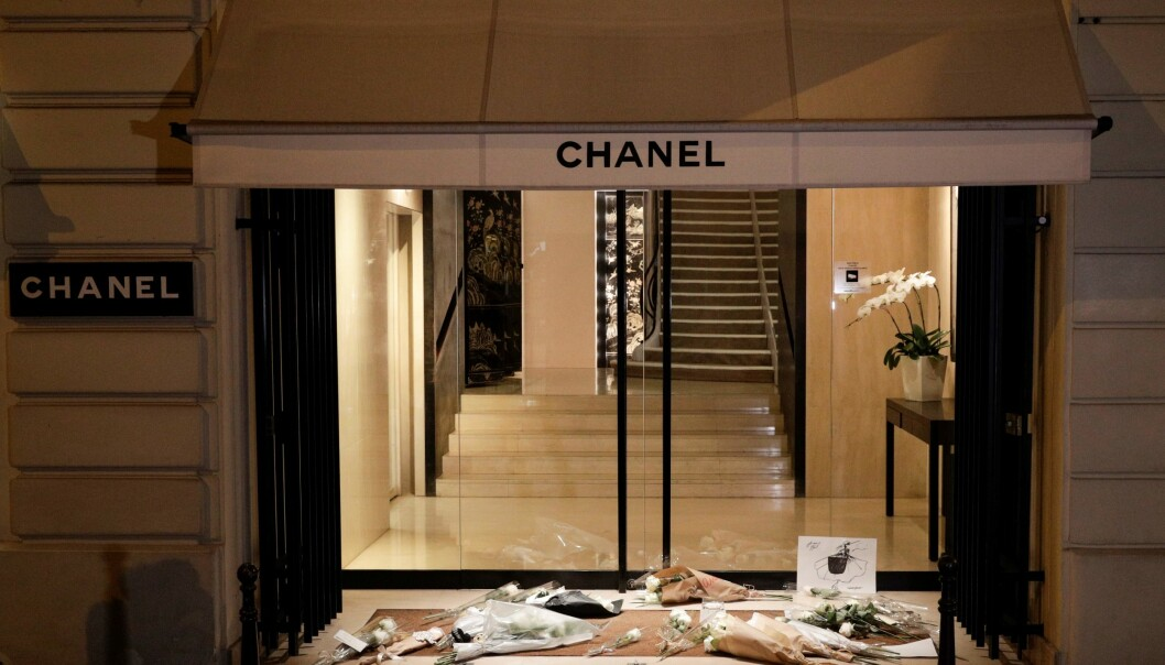 TRIST: Fans la ned blomster utenfor Chanel i Paris. De får trolig ikke sagt adjø en siste gang, siden designeren ikke ønsket å bli begravet. Foto: NTB scanpix